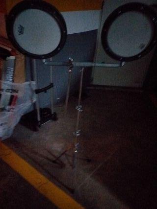 trípode y dos cajas sordas marca remo.