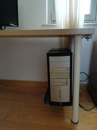 PC de mesa antiguo con pantalla LG nueva