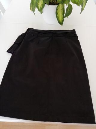 Falda negra de raso tubo