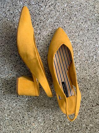 Zapatos de tacón bajo. Stradivarius. Color ocre
