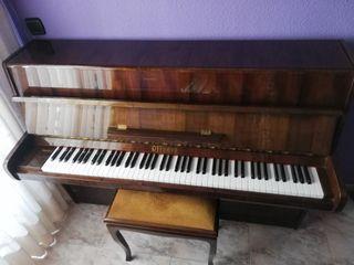 piano con taburete y libros de estudio de piano.