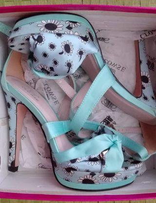 Sandalias NUEVAS de tacón azules con flores