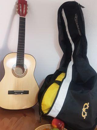 guitarra infantil con funda en perfecto estado