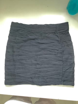 Falda de tubo negra con detalle. Talla M