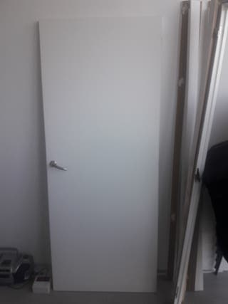 puerta de madera blanca de paso