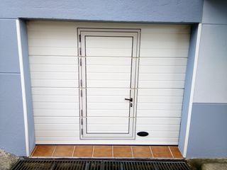 Puerta garaje seccional con puerta y motorizada