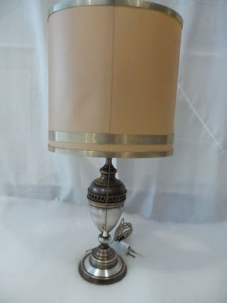 lámpara de mesa en metal