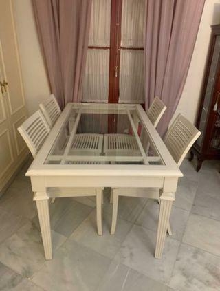 Mesa y 4 sillas.