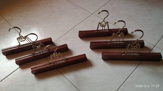 6 perchas de madera maciza.