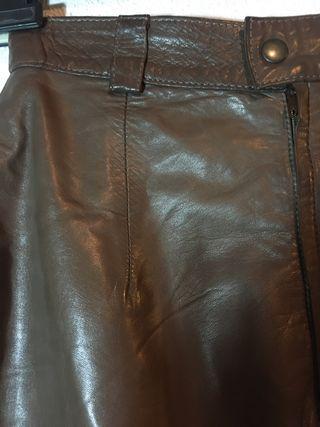 Falda marrón de piel