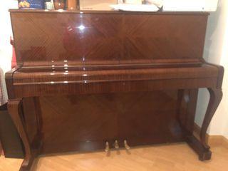 Piano clásico de madera en perfecto uso.