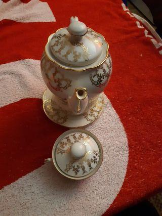 tétera de porcelana color blanco y dorado