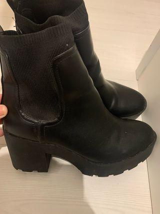 Botin calcetín negro de Stradivarius