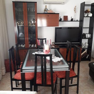 Mesa de cristal.6 sillas y mueble de comedor