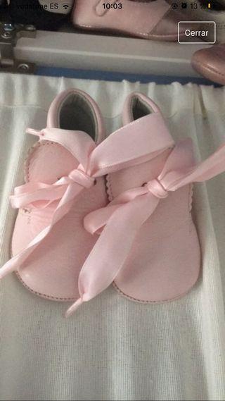 Botas de bebé en piel color rosa con lazo raso 16