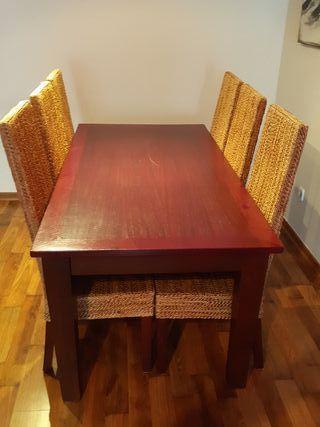 Mesa grande rustica y sillas .