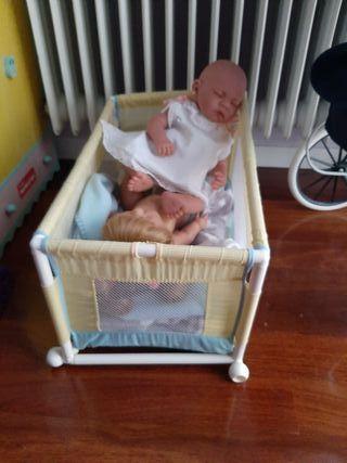 cuna, cochecito de bebé y armario con ropa