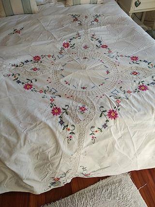 mantel redondo ,hilo y algodón
