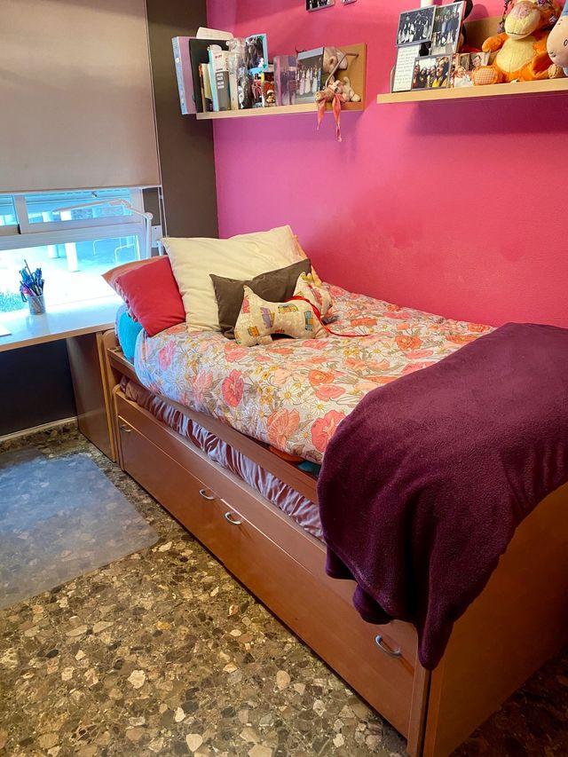 Habitación con cama nido de madera