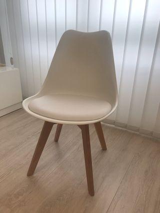 Silla de diseño moderno blanca y patas de madera