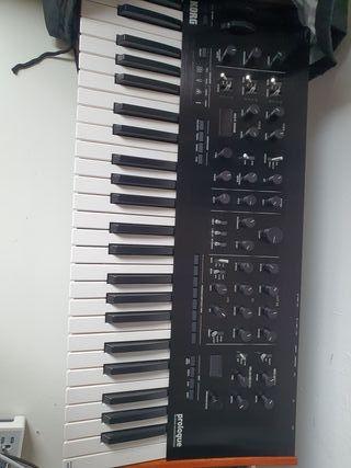 Sintetizador Korg Prologue 8