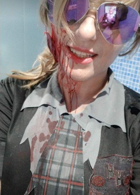 disfraz de colegiala zombie con medias es vestido