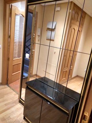 recibidor con mural de espejo