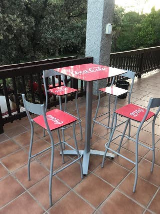MESA PLEGABLE + 4 SILLAS APILABLES COCACOLA PUB