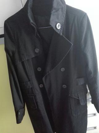 Abrigo negro, tipo gabardina