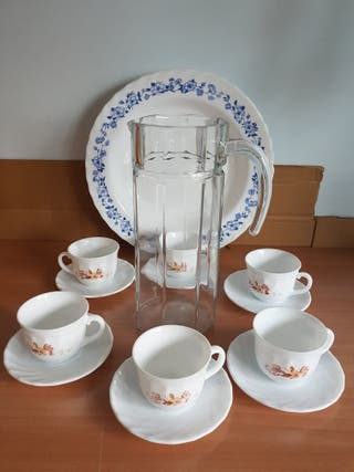 Tazas de café, jarra platos de servir