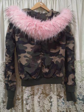 Cazadora bomber de pelo rosa y camuflaje verde