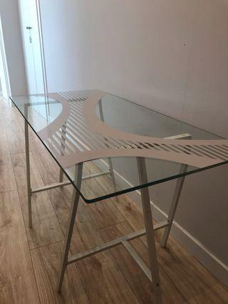 Mesa de cristal y caballetes ikea.