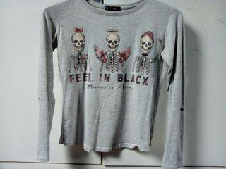 camiseta gris con esqueletos mangas remangables
