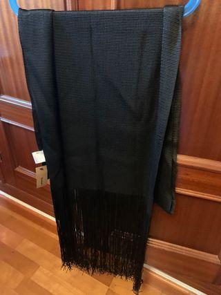 Pañuelo negro de viscosa con flecos