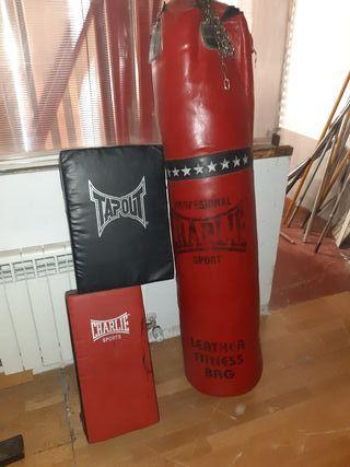 Saco de Boxeo Charlie y guantes y paos thai-boxing