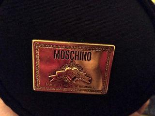 bolso negro Moschino y cinturón