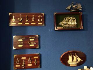 Cuadros de barcos y lámpara