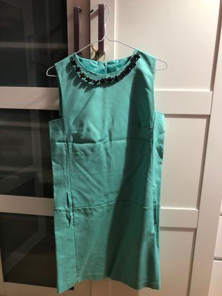 Vestido Zara azul verdoso con collar