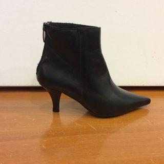 Vendo botines piel negra en tallas 33 y 34 por liq