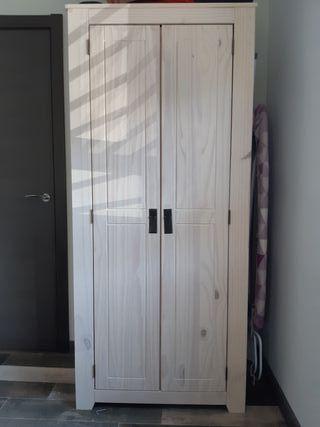 Dormitorio: armario, cómoda, mesillas, cabecero