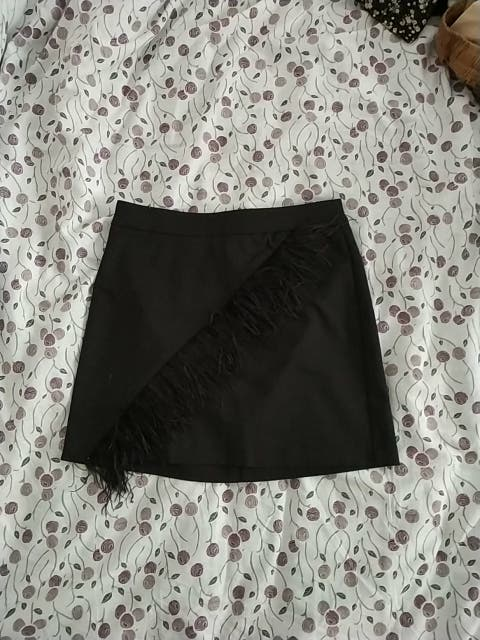 Falda negra con plumas