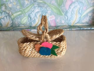 Miniatura cesto de mimbre natural con tapa