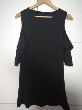 Vestido negro con hombros al descubierto