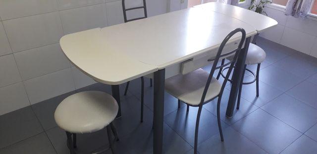 Mesa cocina+sillas y taburetes