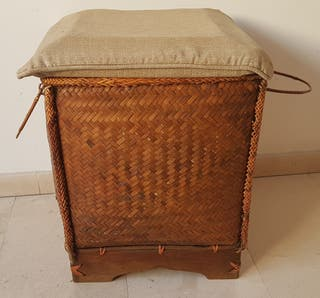 cesto de mimbre con tapa y base de madera