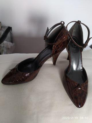zapatos tipo salón marrón