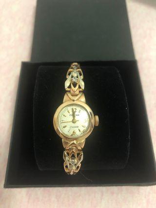 Reloj mecánico de oro con diamantes