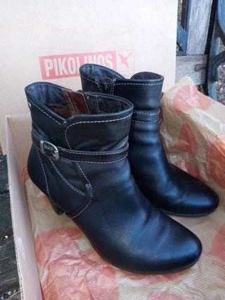 Botines de piel marca Pikolinos.