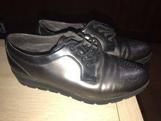 Zapatos pitillo en tonos grises y negros
