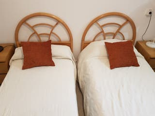 dos camas de 90cm y sus cabeceros